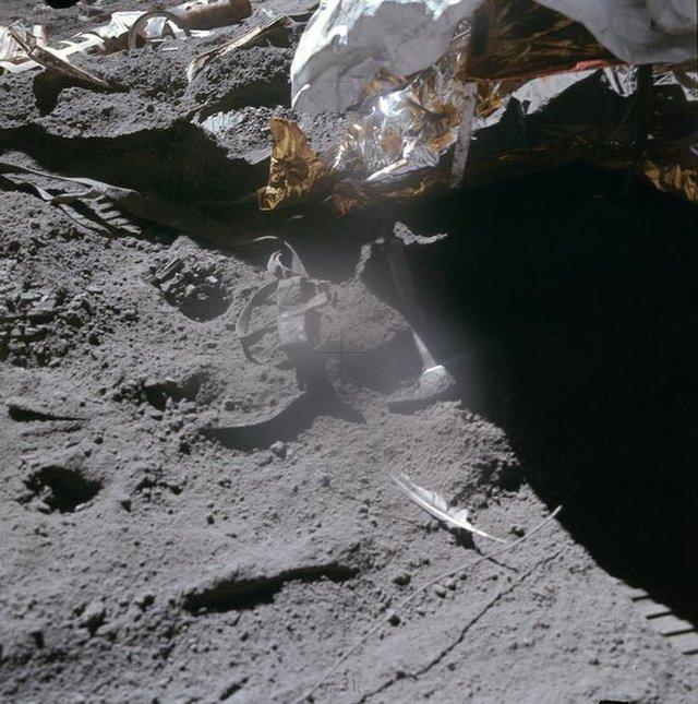 Перо сокола и молоток все еще на Луне.Фото: NASA