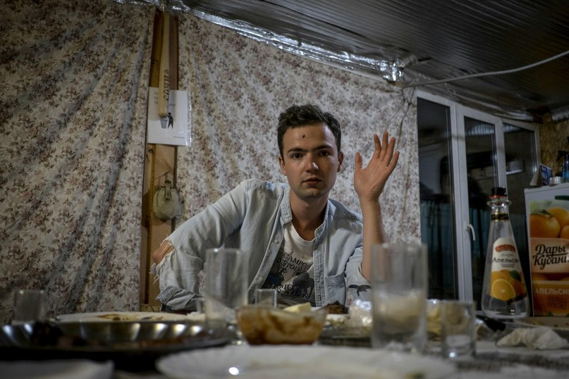 22-летний Арсен Аванесов обсуждает с отцом политику за ужином в своем доме в пригороде Волгограда