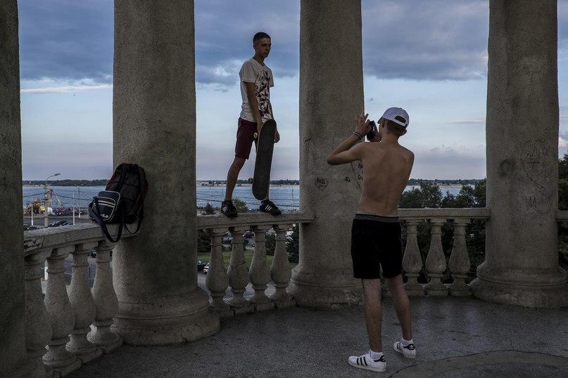 Два скейтбордиста развлекаются в Волгограде