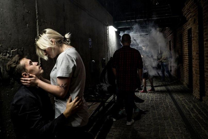 Двое молодых людей обнимаются около крафтового пивного бара в Волгограде. Молодежь из южного города России хочет переехать из–за плохих экономических перспектив