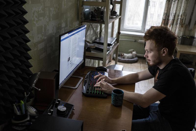Эдик Левин переписывается с друзьями в квартире, которую он превратил в мини-студию для записи рэпа