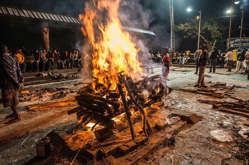 Крематорий в гхате Нимтала — самое старое и известное место для проведения церемонии сожжения на территории Калькутты. Расположено в центре города. GETTY IMAGES