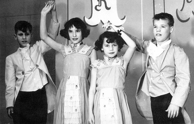 Лейлани Мьюир (третья слева) в возрасте двенадцати лет в коррекционной школе в Ред-Дир. Провинция Альберта, 1955 год. Фото: Даг Вален