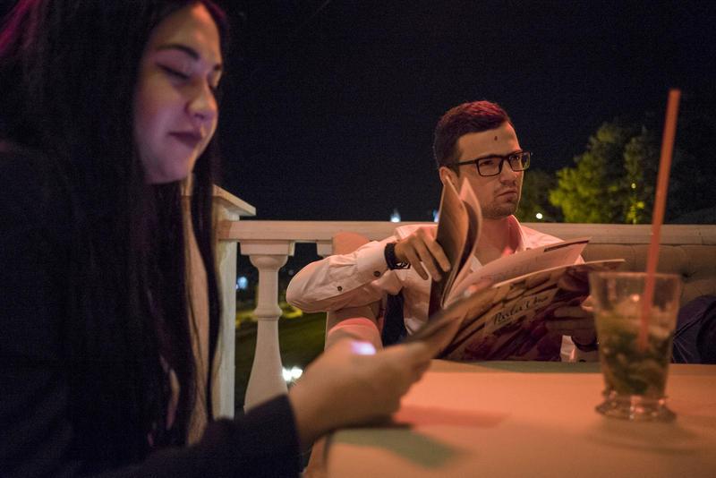 22-ух летний Арсен Аванесов проводит пятничный вечер в компании своих одногруппников в баре у Волги