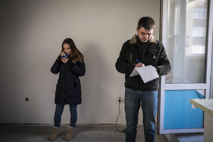 В своей новой квартире Анастасия и Андрей составляют список покупок перед походом в строительный магазин. 25 ноября 2017 года. Пара обустраивает квартиру, купленную в прошлом году