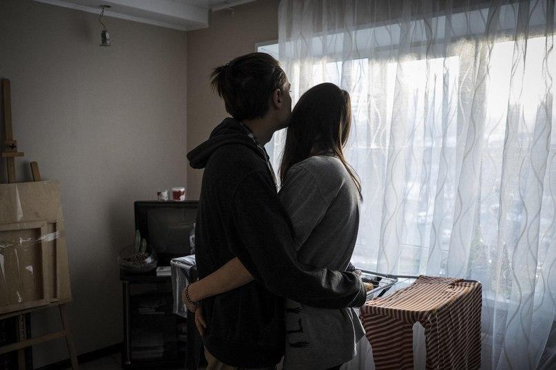 Никита Панфилов с девушкой в их квартире во Владивостоке. Местная полиция постоянно беспокоит Панфилова и его семью из-за участия волонтера в демонстрациях в поддержку оппозиционера Алексея Навального