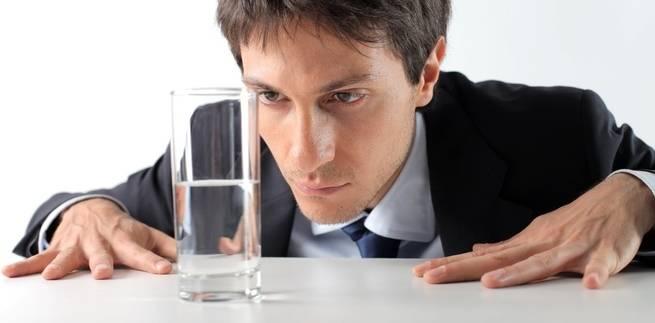 Когда некоторые люди видят стакан наполовину пустым, у них появляется вдохновение заполнить его. (Ollyy / Shutterstock)