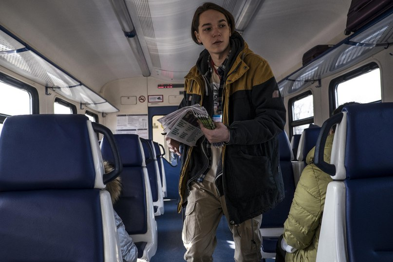 Никита Панфилов, 20 лет, волонтер регионального штаба оппозиционного лидера Алексея Навального, раздает агитационные листовки в пригородном поезде во Владивостоке