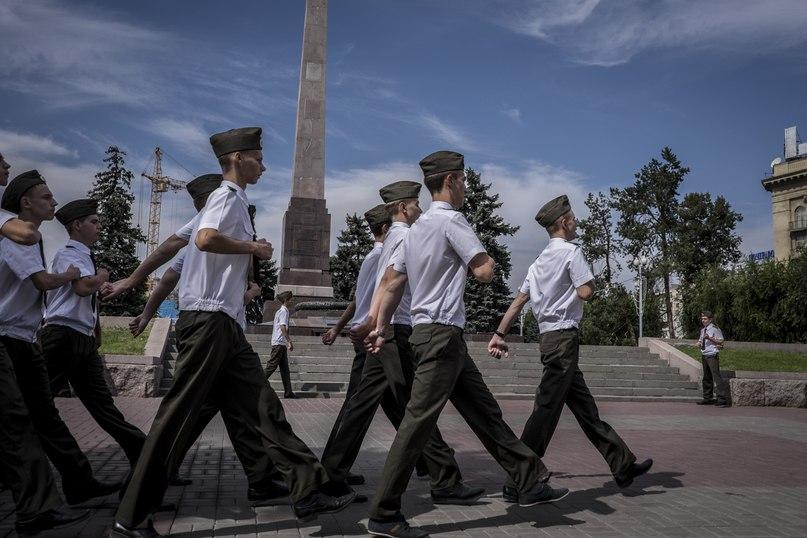 Волгоградские школьники маршируют перед вечным огнем, посвященным битве за Сталинград