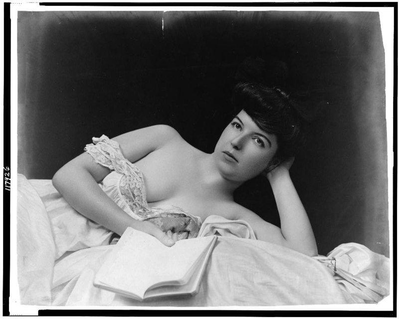 Женщина с книгой. Фотография сделана на рубеже веков Ф.У. Герином. Источник: Библиотека Конгресса